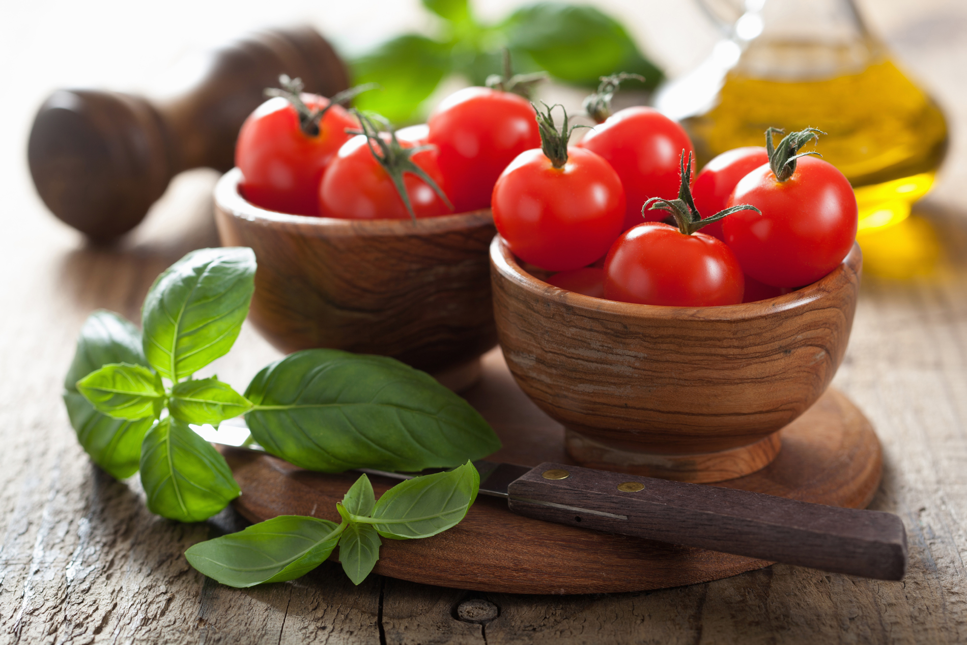 FreeGreatPicture.com-52298-mint-leaves-and-wood-bowl-of-tomato